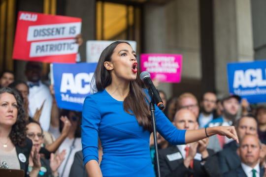 Alexandria Ocasio-Cortéz habla en un mitin en N.Y.