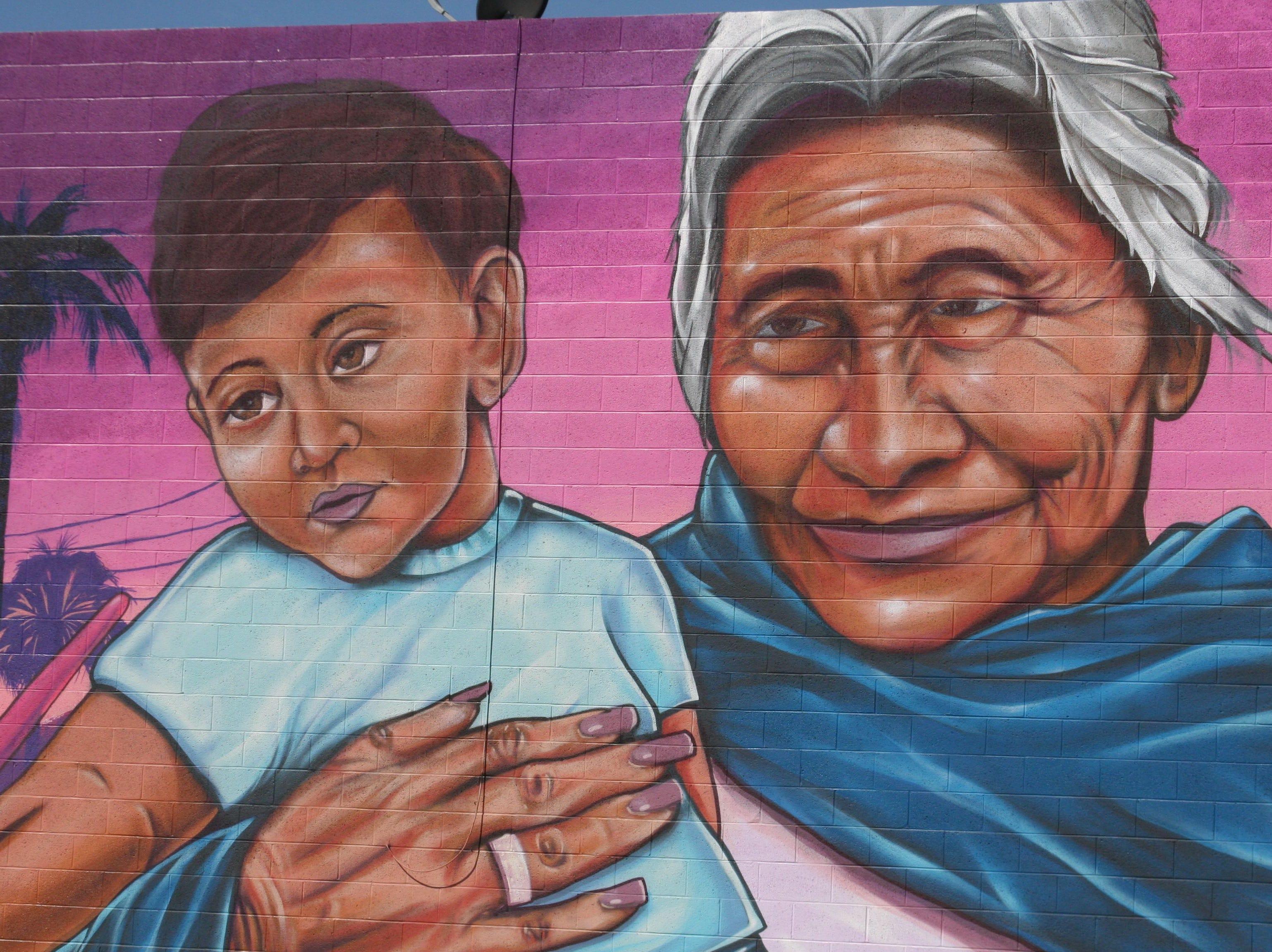 Las abuelas, soporte indiscutible de las familias latinas, quedaron plasmadas en el mural realizado por Isaac Caruso.
