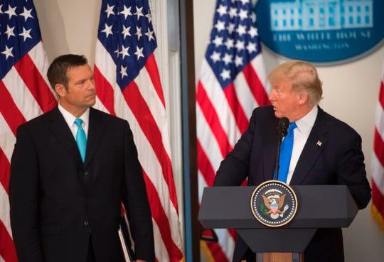 Kris Kobach (izq.), ex secretario de estado de Kansas, es una de las opciones de Trump para ocupar el cargo.