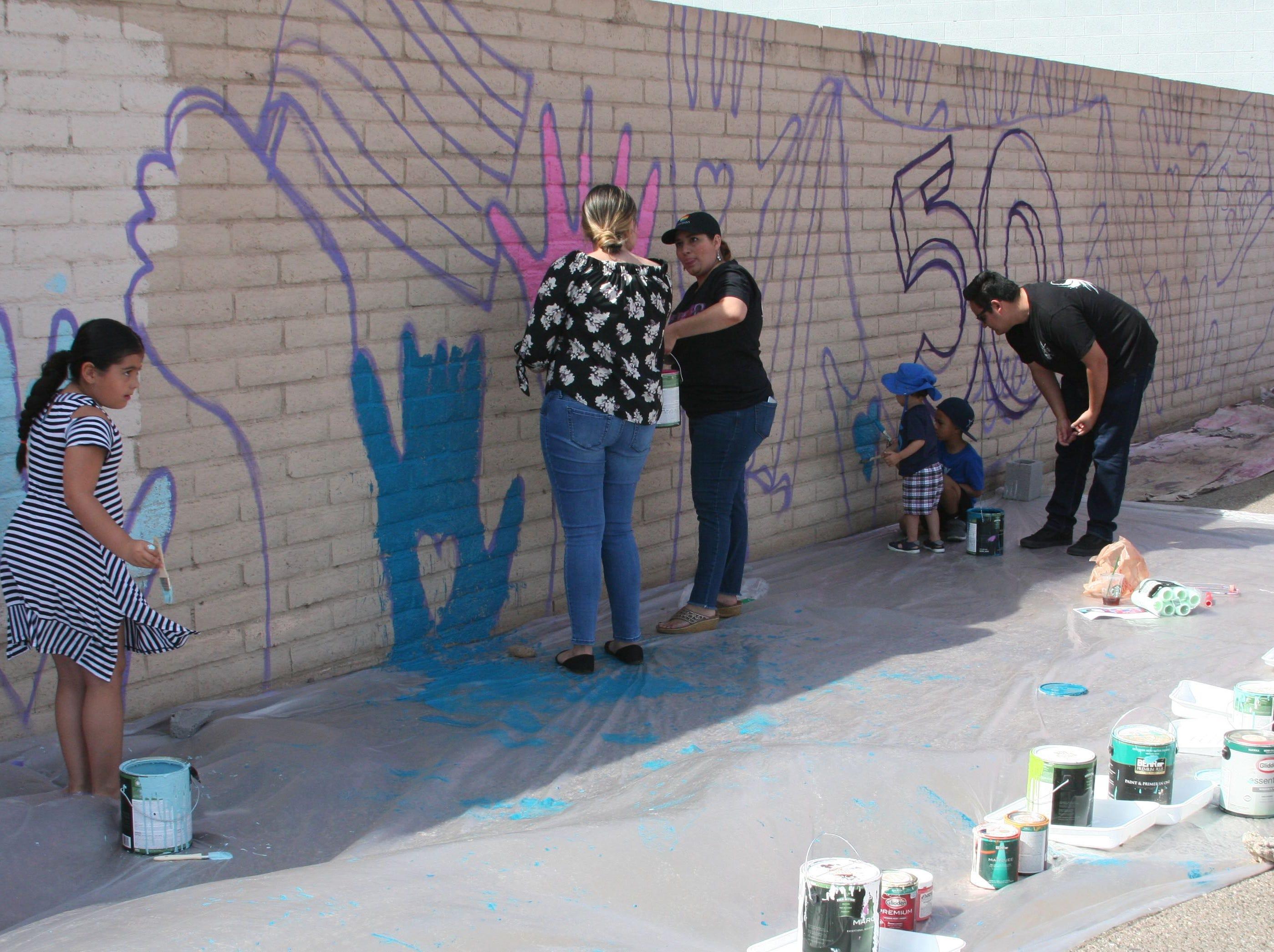 Las familias que asistieron, tuvieron la oportunidad de dejar su huella artística junto al mural del pintor Isaac Caruso.