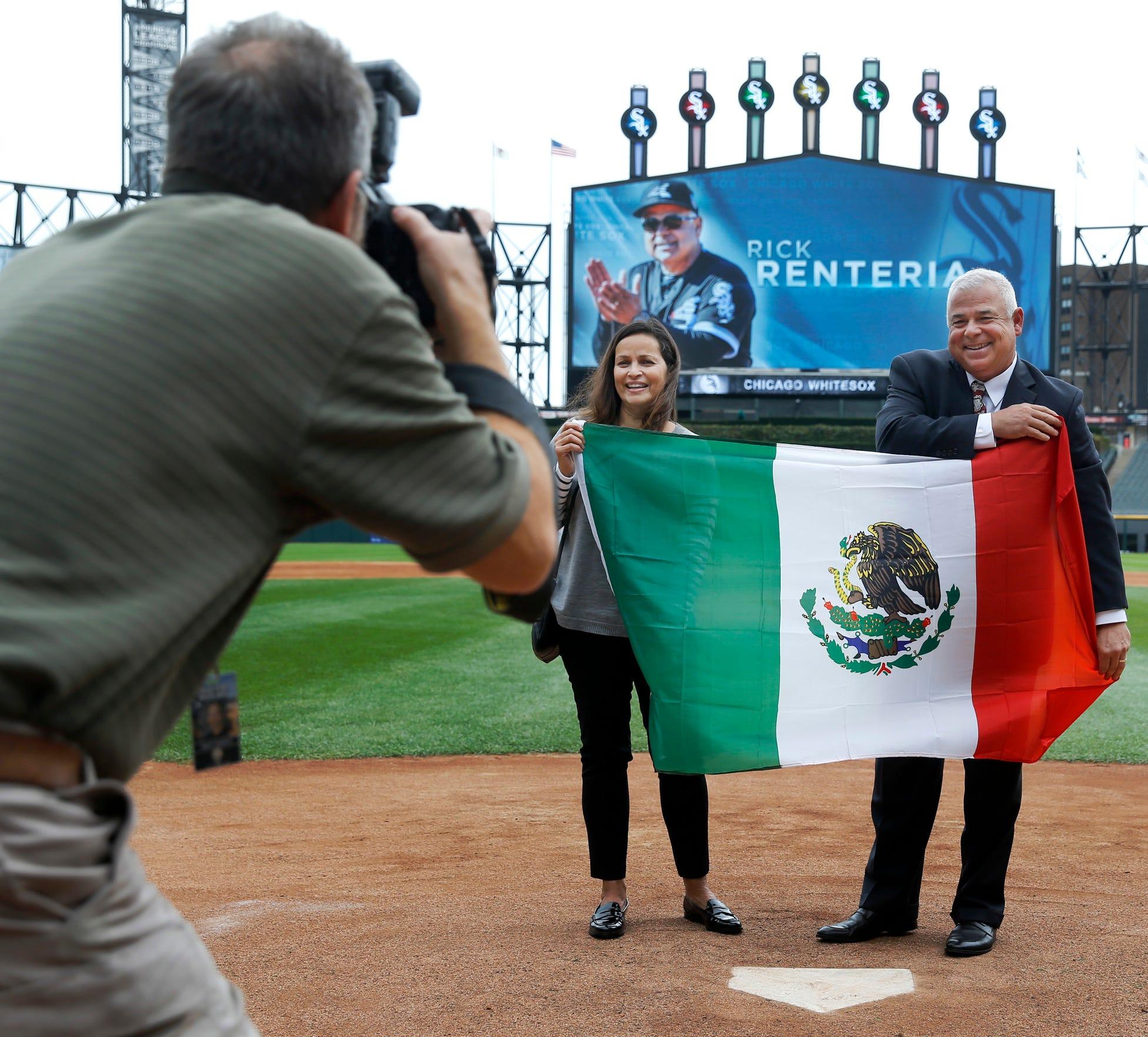 Rick Rentería, manager de los Medias Blancas de Chicago posa con una bandera mexicana, haciéndole honor a sus raíces.