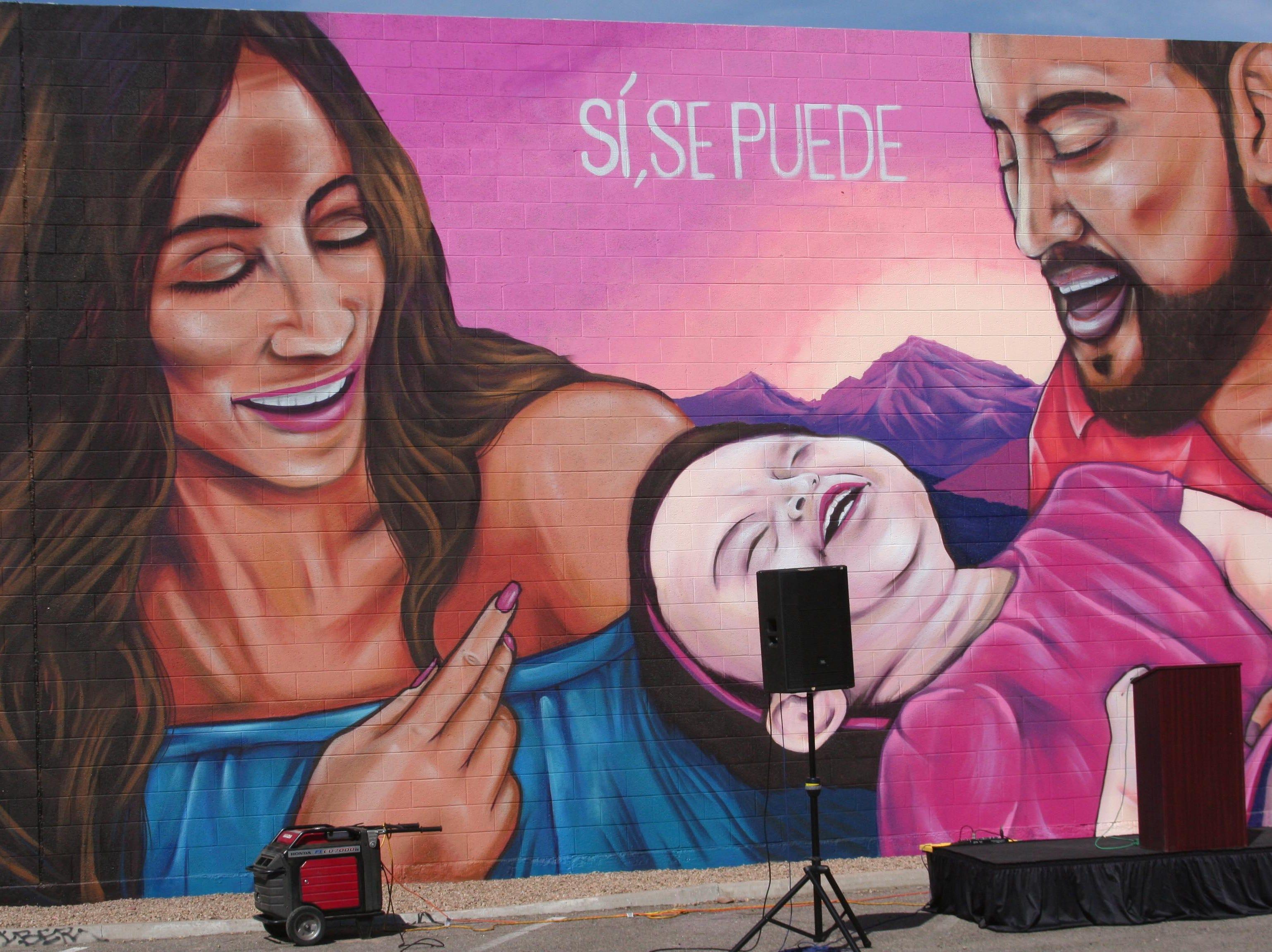 Caruso pintó una representación de las jóvenes familias hispanas, que ahora disfrutan del resultado de la lucha del caudillo arizonense.