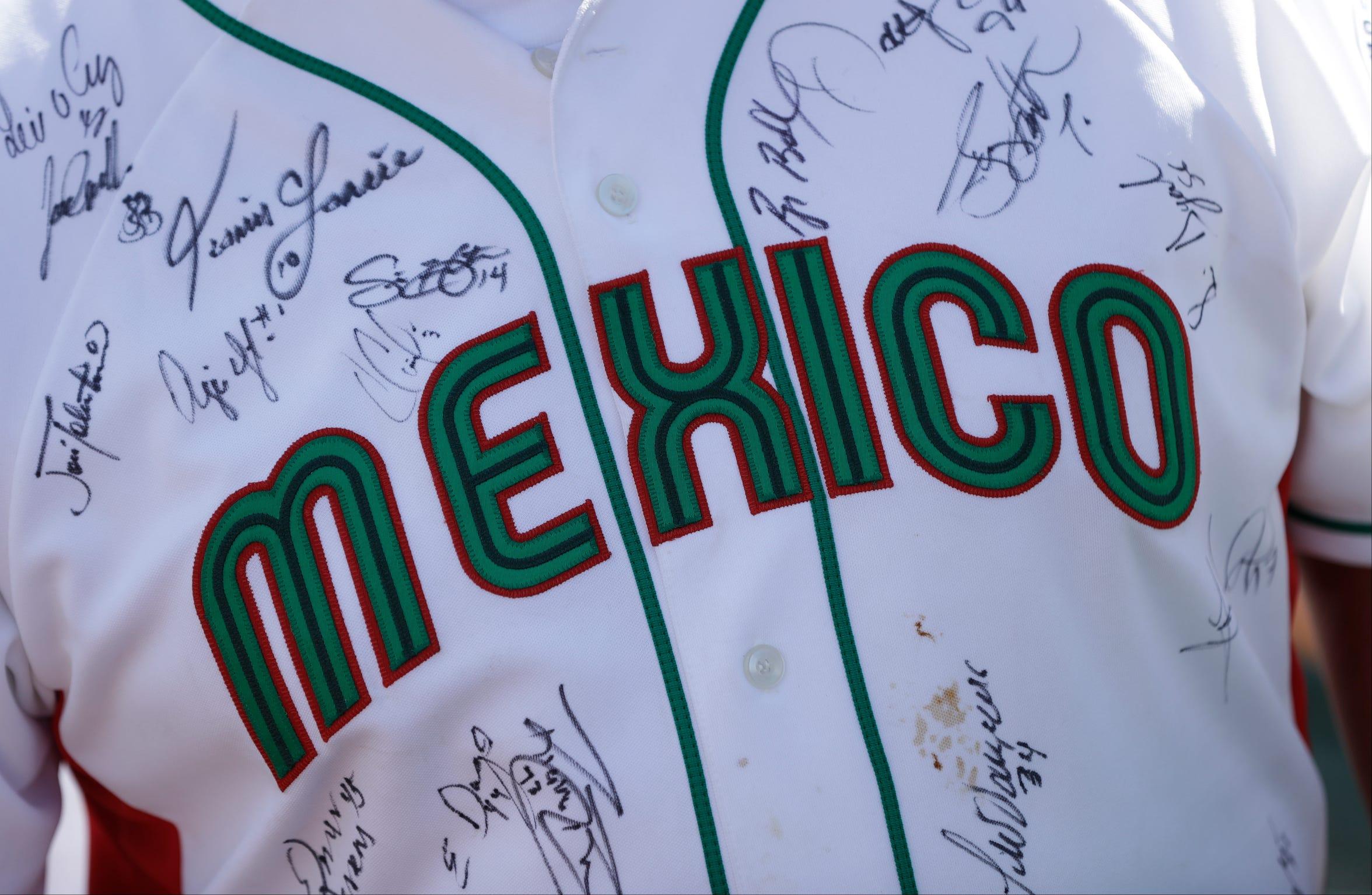 Un fanático mexicano muestra su jersey autografiada por sus ídolos de la pelota.