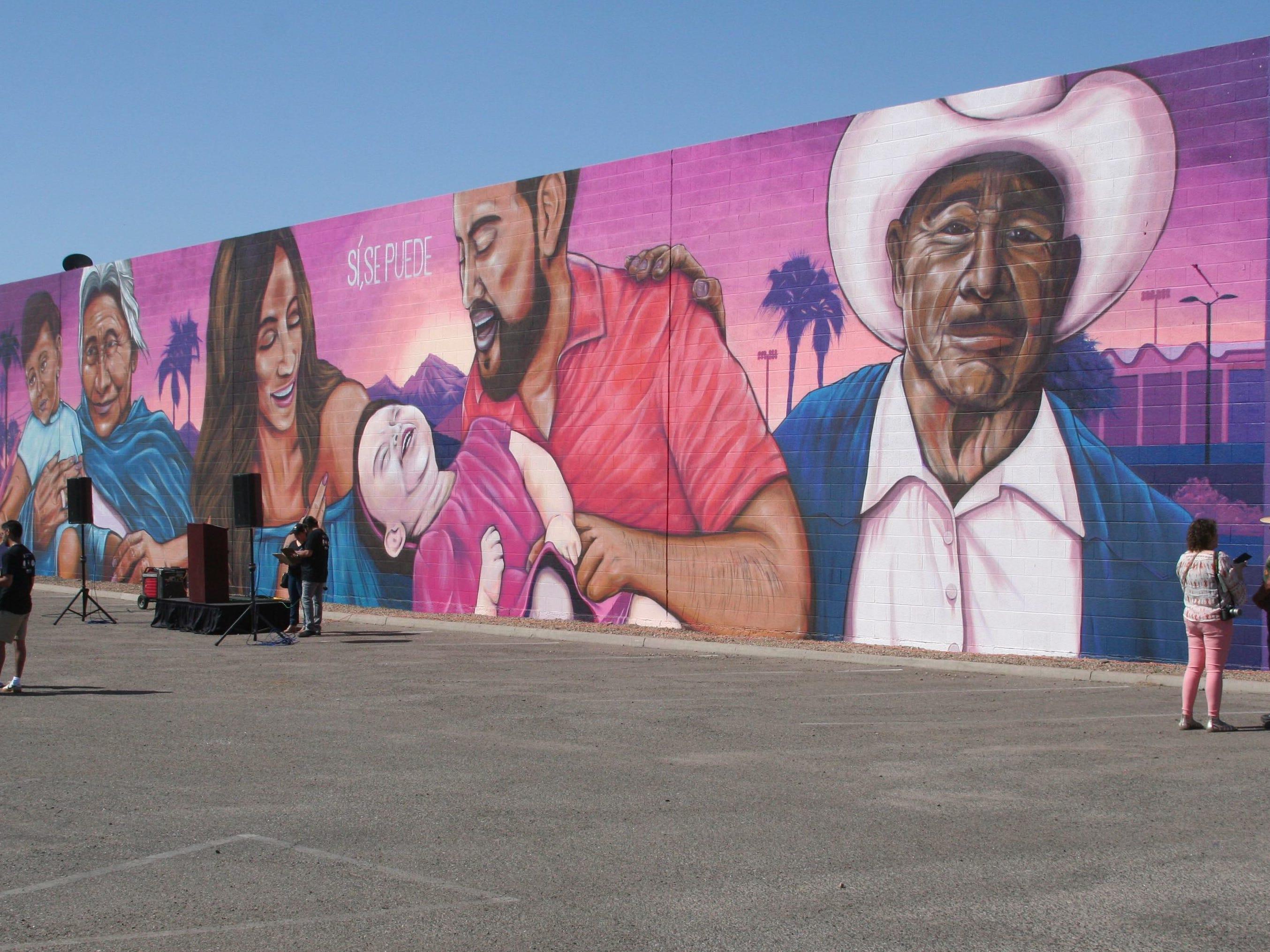 El enorme mural que representa a la gente por la que luchó César Chávez, está ubicado en la plaza comercial de la Avenida 67 y la Indian School.