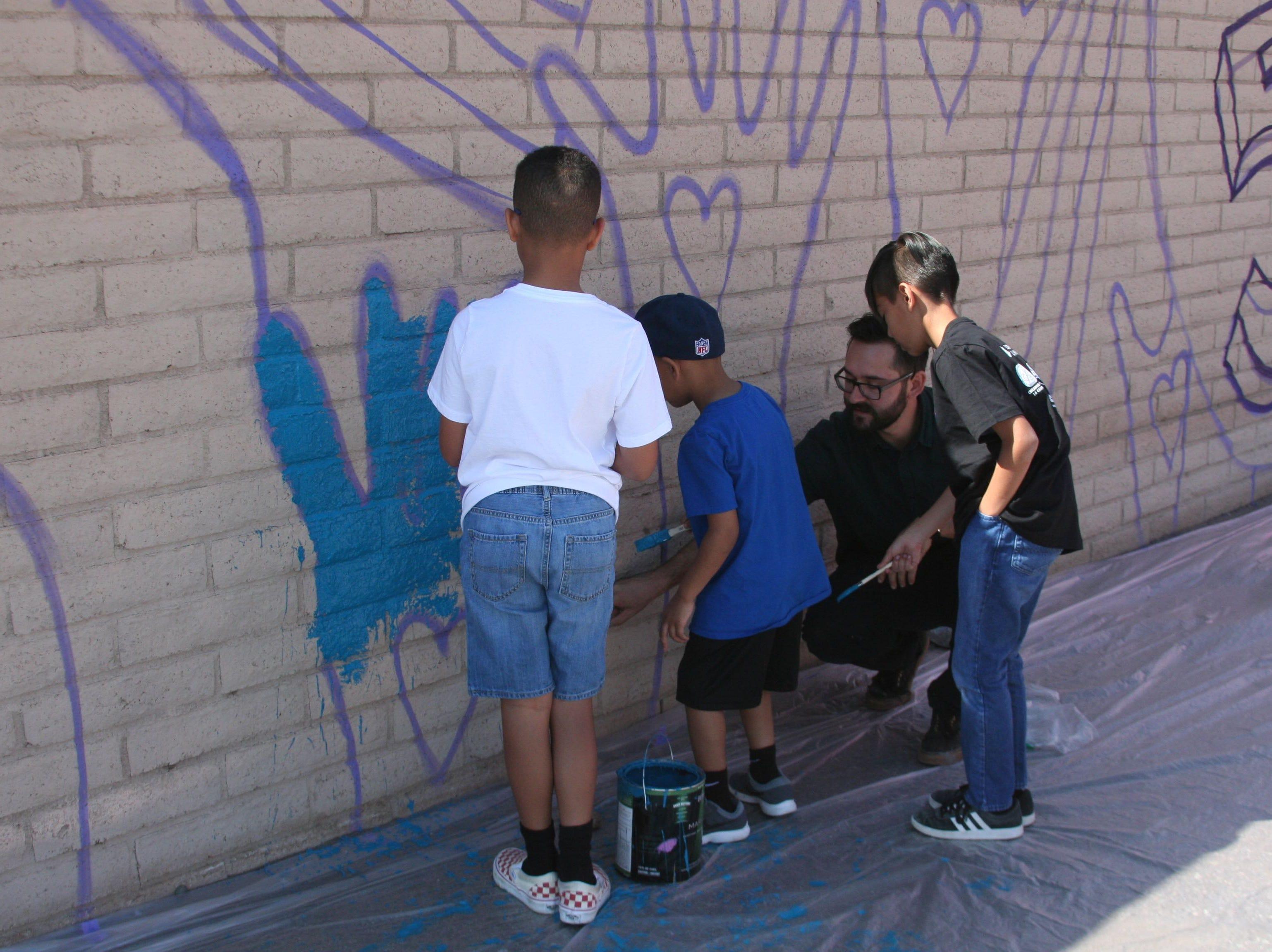 Durante el evento que celebró el natalicio de César Chávez, los pequeños recibieron los consejos del renombrado pintor.