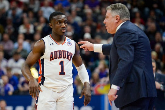 Auburn coach Bruce Pearl talks to Auburn guard Jared Harper.