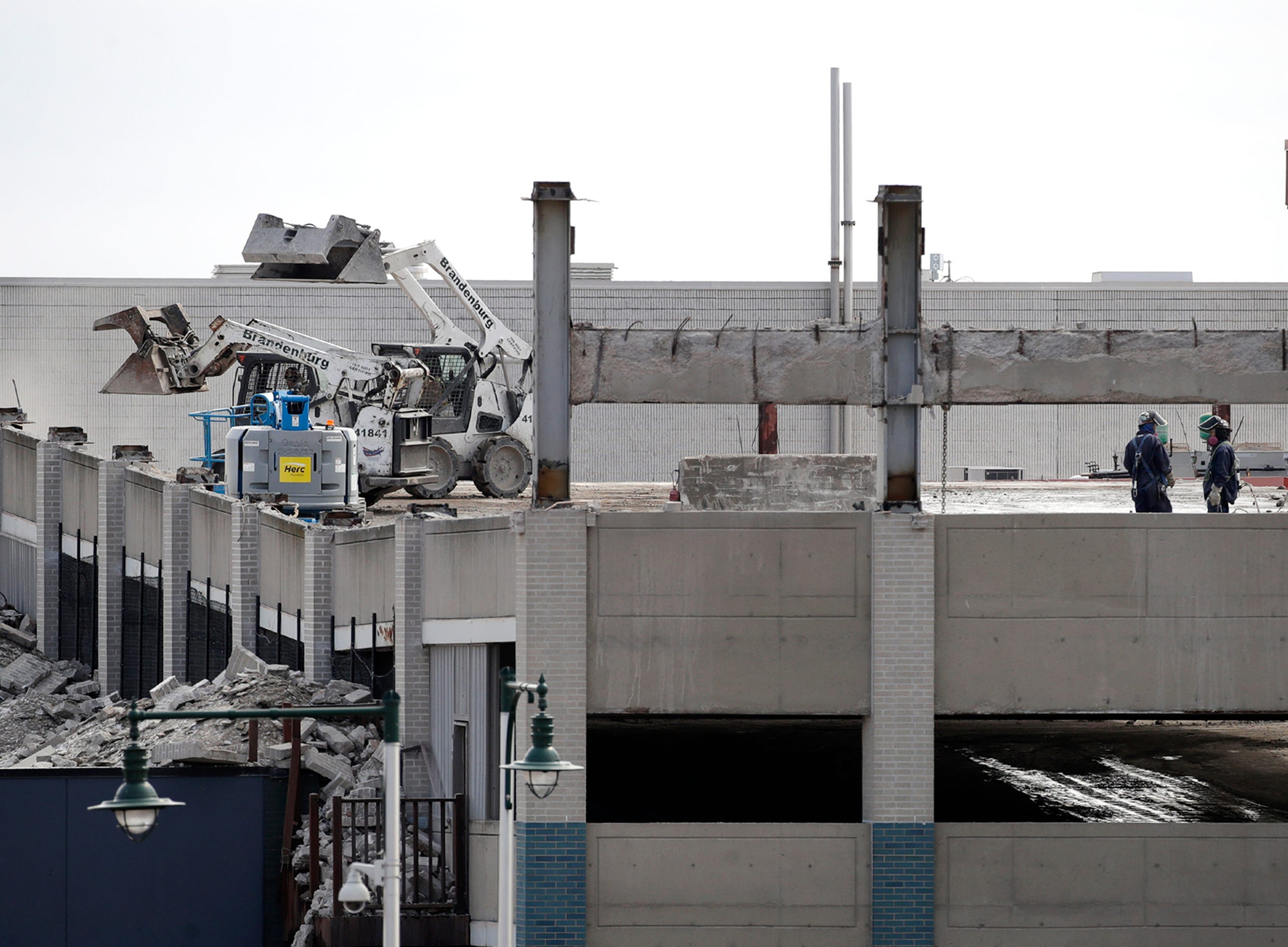 Crews work to tear down the the Blue Ramp near City Center in downtown Appleton Thursday, March 28, 2019, in Appleton, Wis. Danny Damiani/USA TODAY NETWORK-Wisconsin