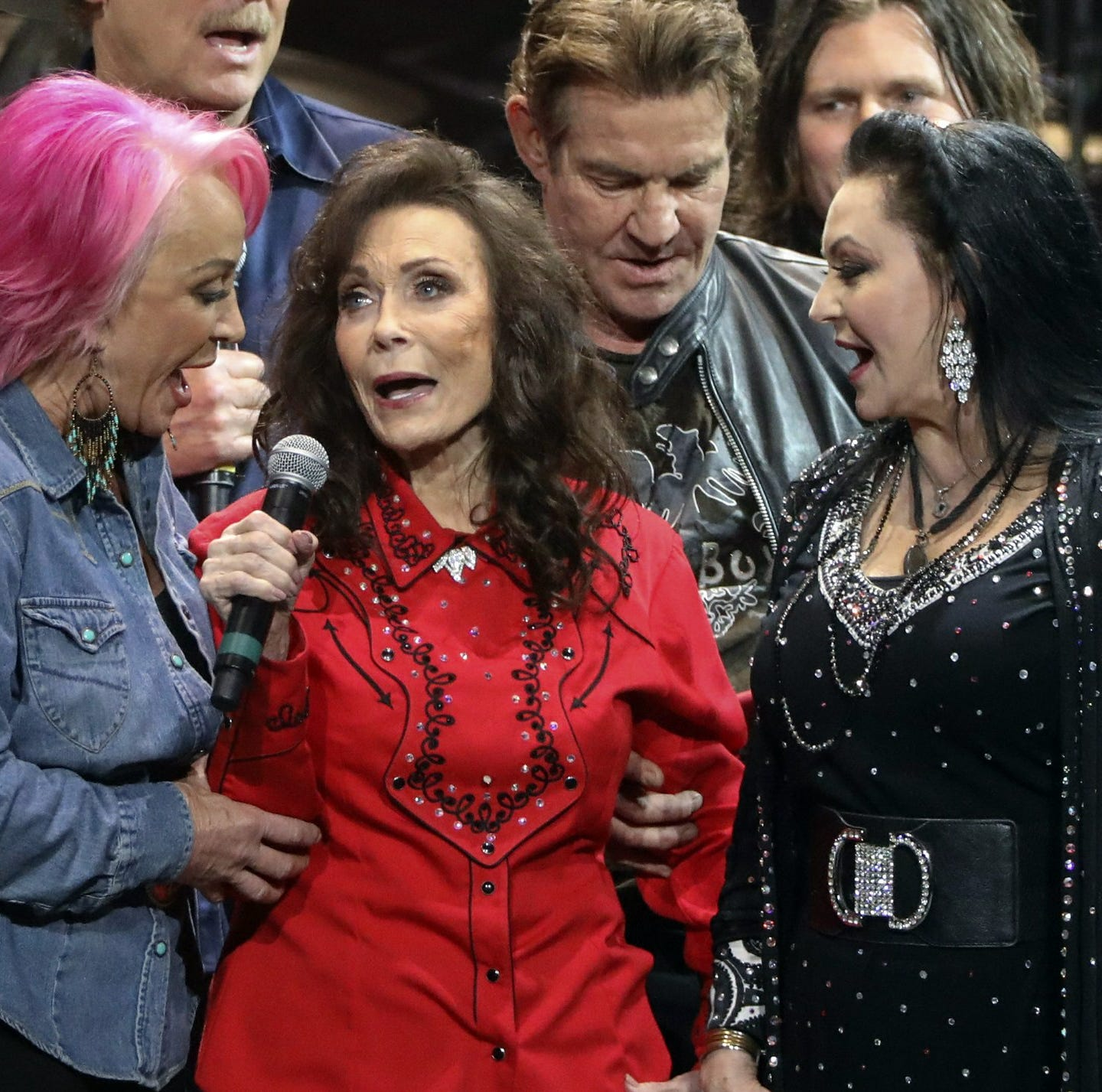Kentucky's Loretta Lynn sings with friends in first public appearance since stroke