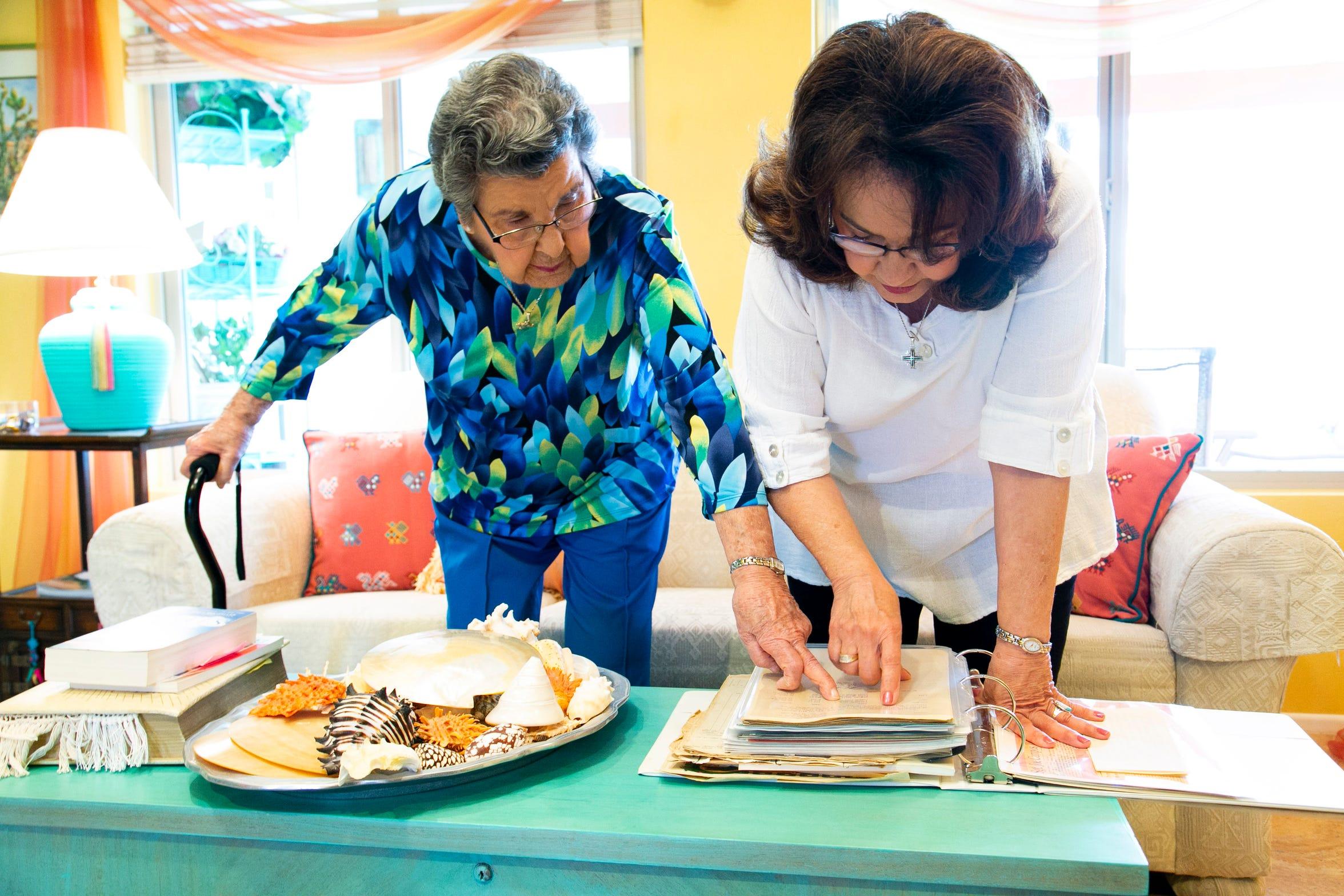 Jovita Campos y su hija, Jennie Campos, observan el periódico.