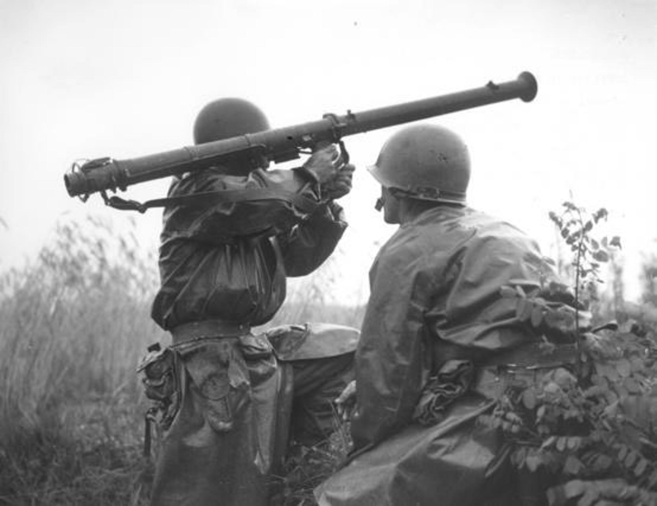 El soldado Kenny Shadrick (der.) porta una arma durante la guerra de Corea, el 5 de julio de 1950.