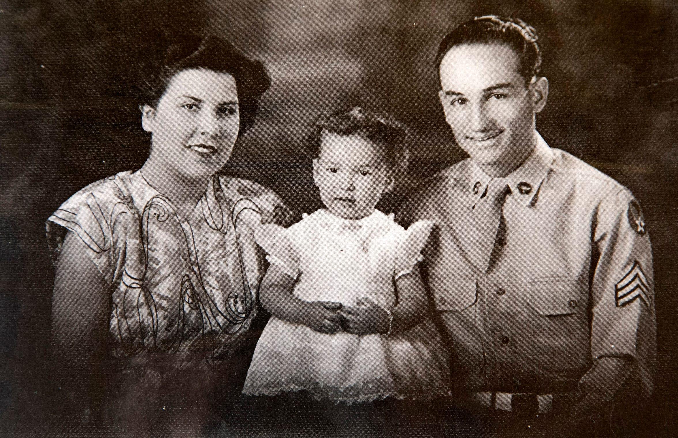 Retrato de la familia Campos (de izq. a der.) jovita, Jennie y Joe Camps. Foto tomada en los años 40's en Miami, AZ.