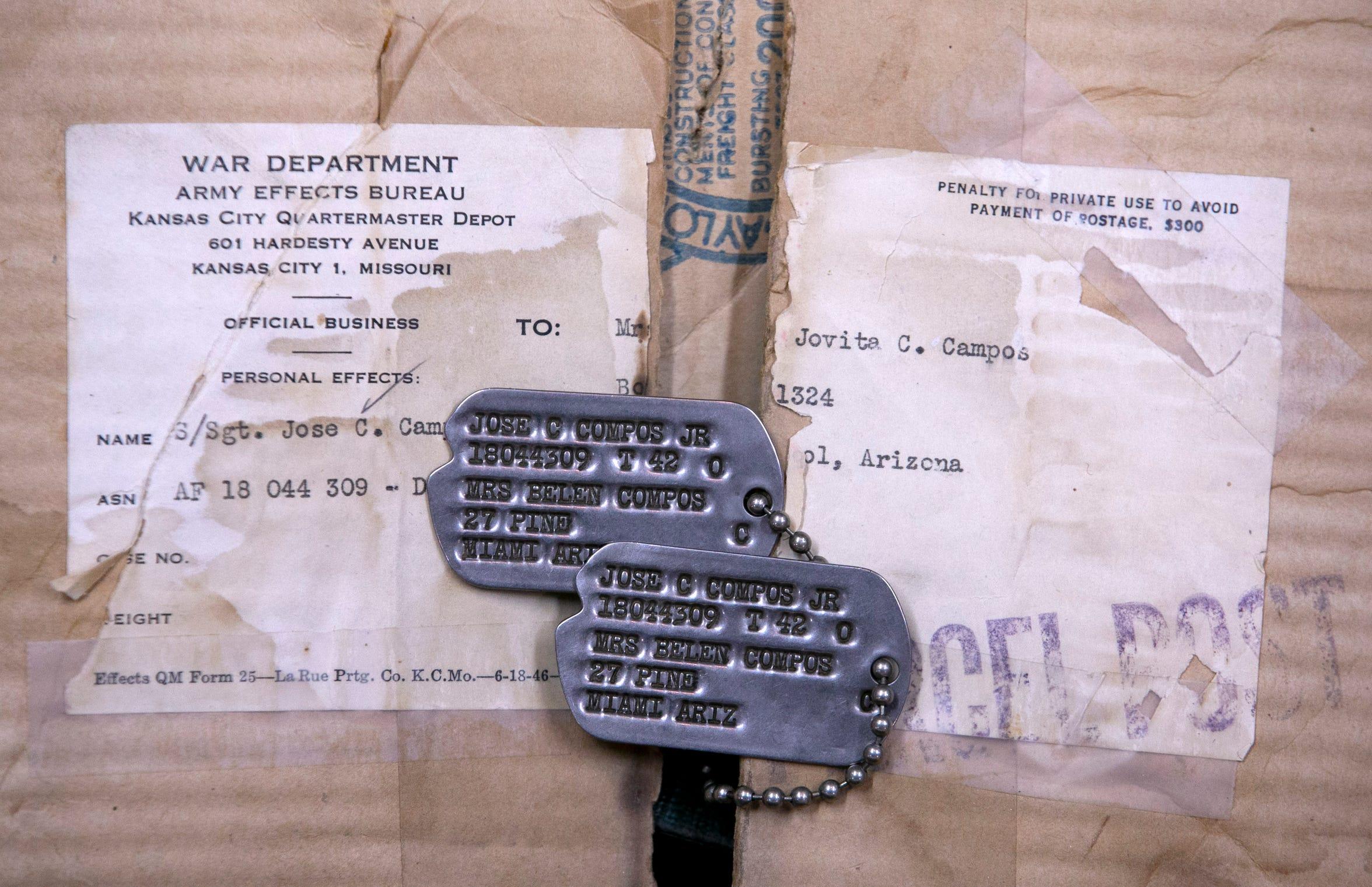 Jovita conserva los collares de metal de Joe Campos, quien sirvió para el ejército en la Segunda Guerra Mundial en 1943.