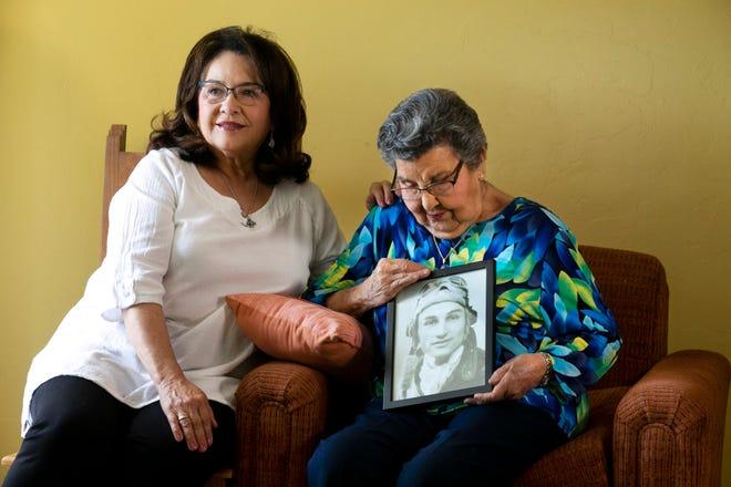 Jovita Campos sostiene un retrato de su marido Joe Campos. La acompaña su hija Jennie Campos.