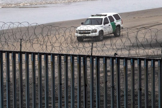 Una unidad de la Patrulla Fronteriza patrulla muy cerca de la valla fronteriza con México.