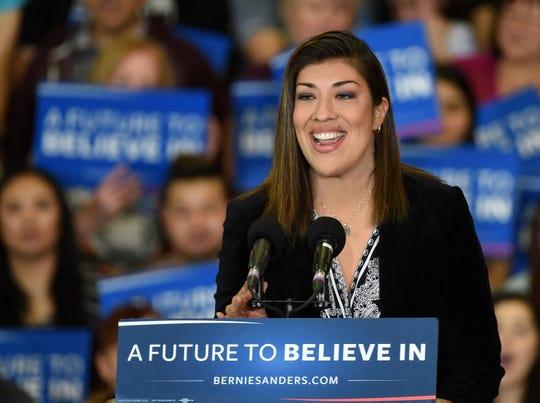 La demócrata Lucy Flores señaló que hay videos y fotos que demuestran el comportamiento de Biden hacia las mujeres.