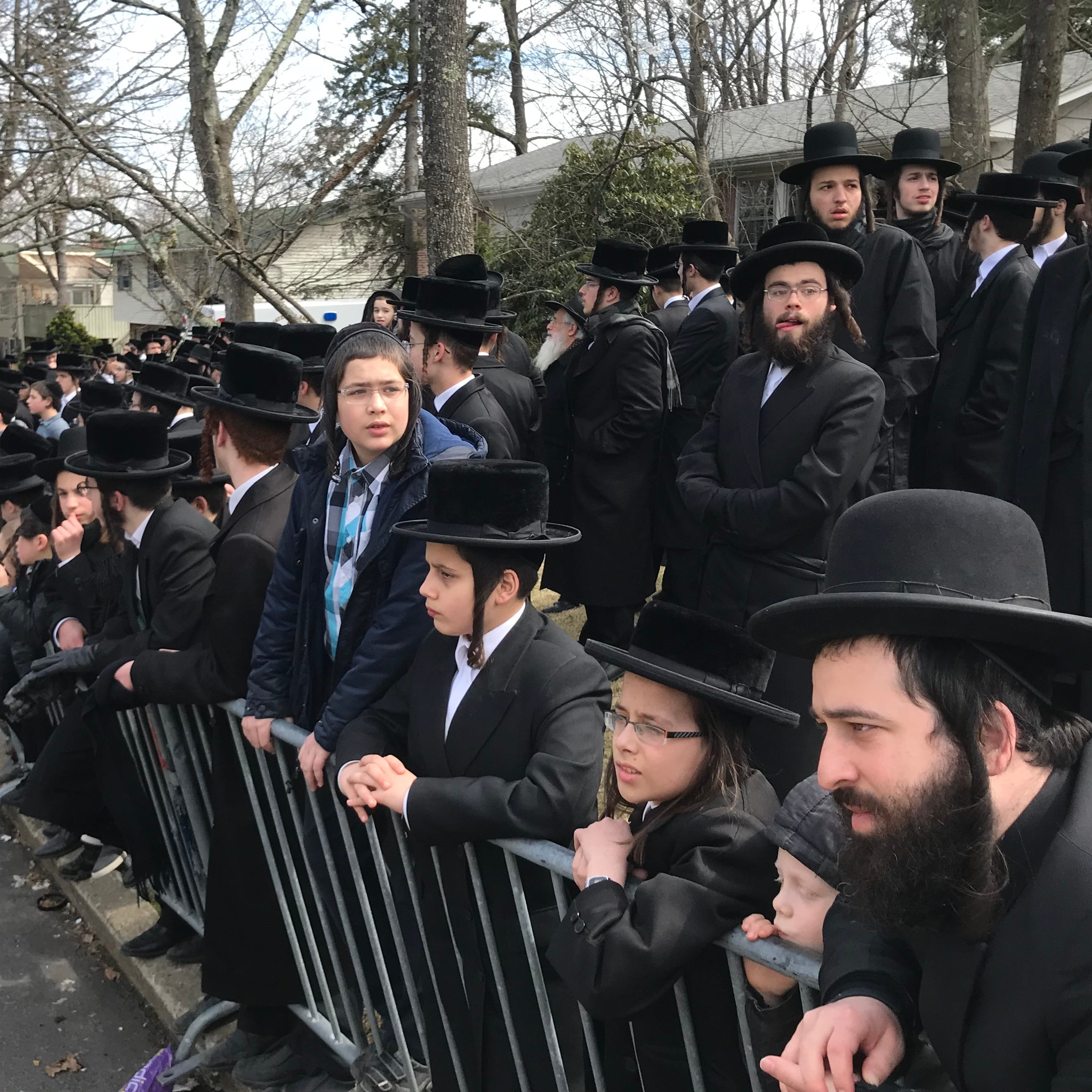 Large crowds mourn rebbe in Monsey today