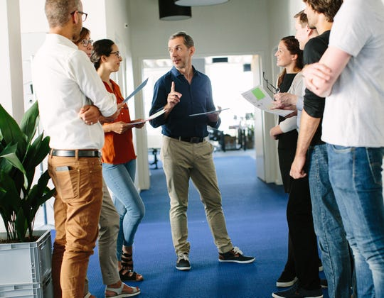Learning to recruit trustworthy colleagues and delegate important tasks is a critical way to alleviate the stress of leadership.