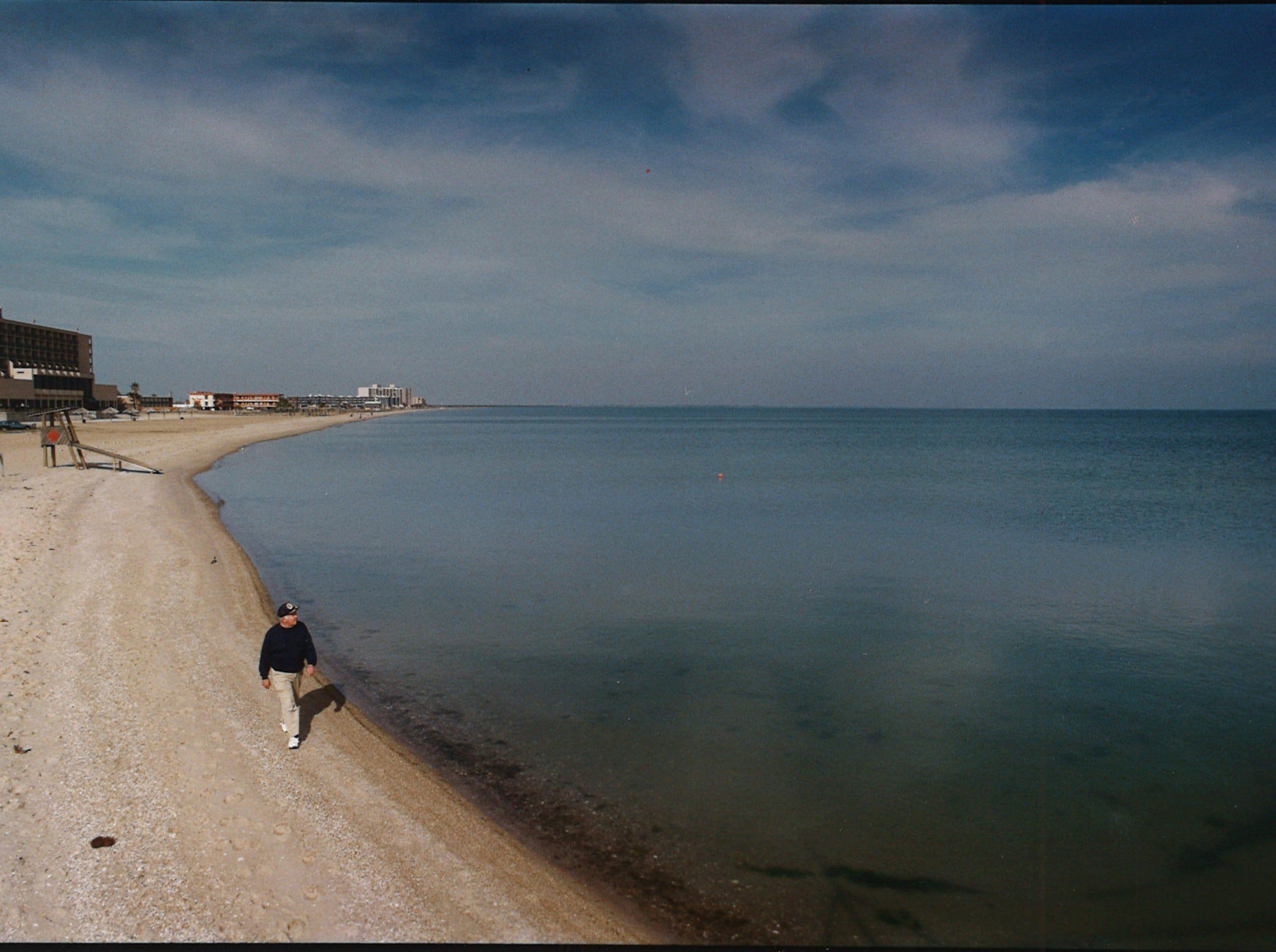 Harold Anson, Winter Texan from Edina, Minnesota, walks along Corpus Christi's North Beach on Jan. 12, 1993.