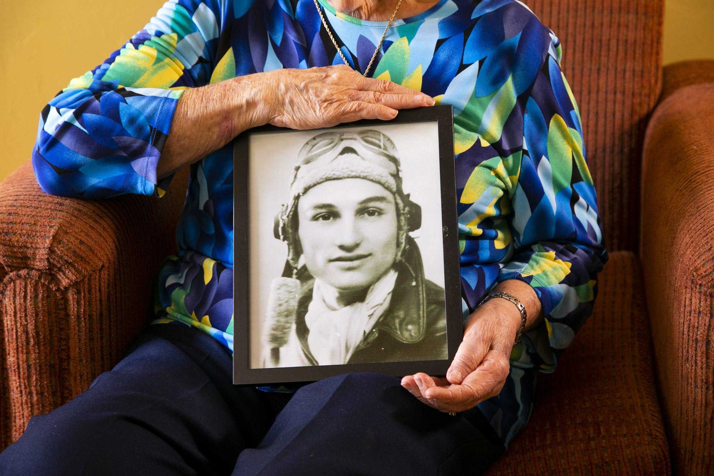 Jovita Campos sostiene un retrato de su marido Joe Campos tomada en la Segunda Guerra Mundial en Europa, en 1943.