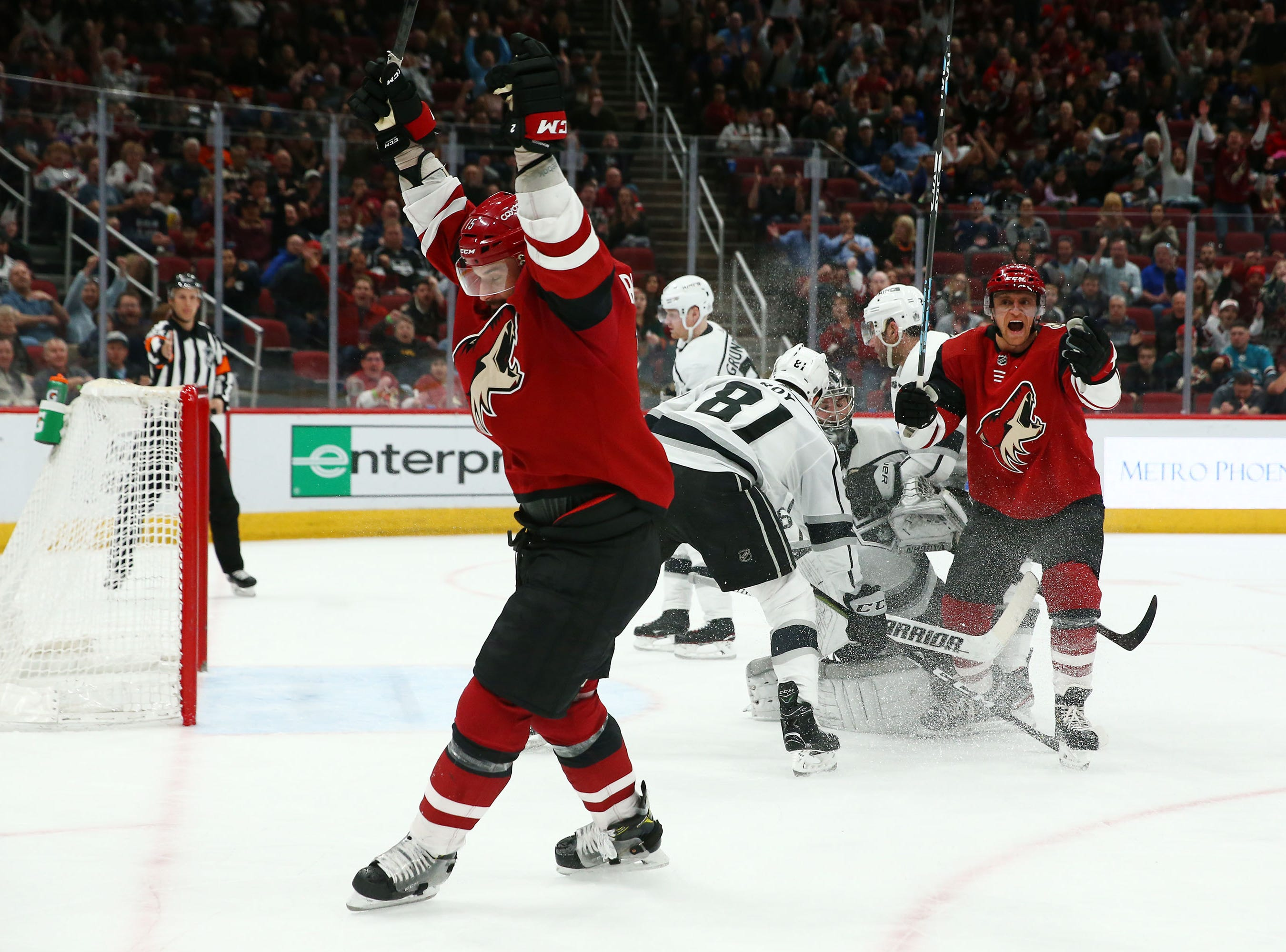 Arizona Coyotes center Brad Richardson (15) celebrates his goal against the Los Angeles Kings in the second period on Apr. 2, 2019 at Gila River Arena in Glendale, Ariz.