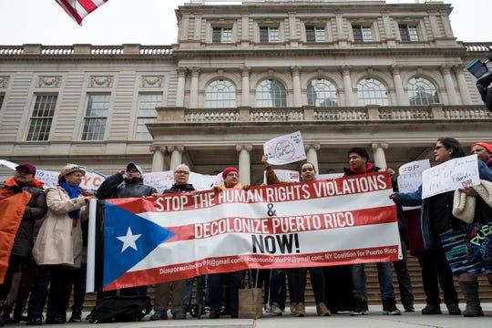 Gente protesta a favor de los derechos humanos de Puerto Rico.