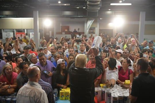 Trump fue fuertemente criticado por arrojar rollos de servilletas a la gente, durante su visita a P.R.