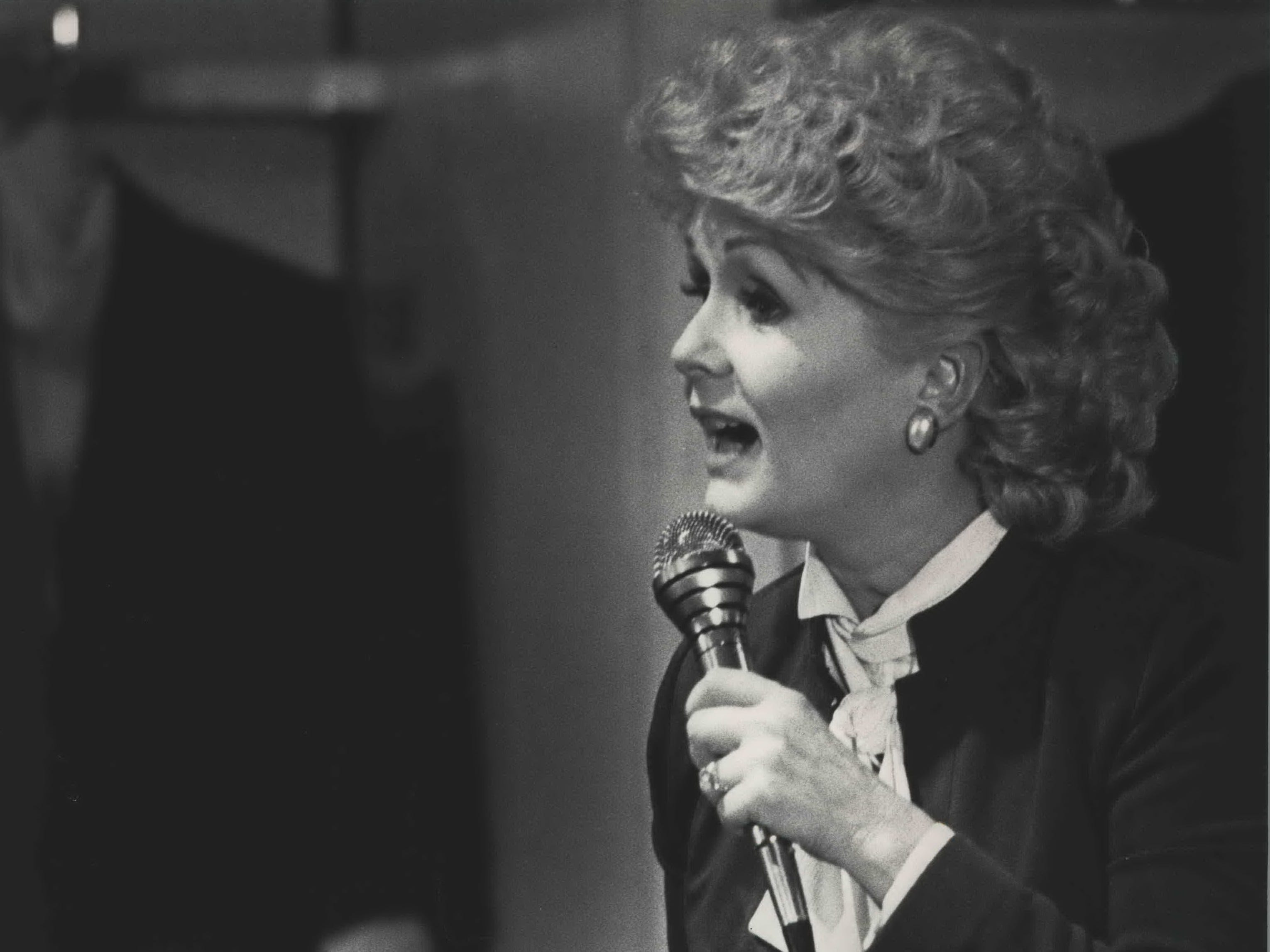 Debbie Reynolds spoke to an audience at the Boston Store, September 12, 1986.