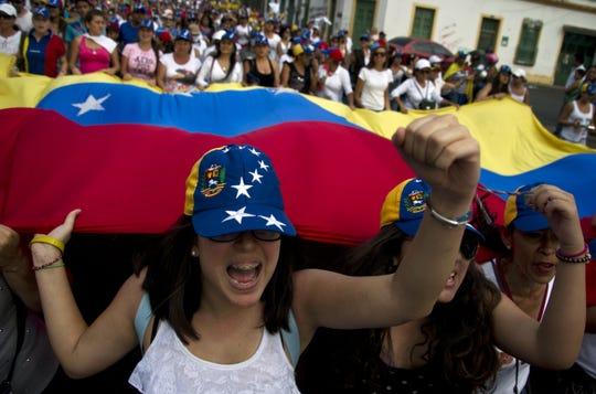 Mujeres protestan en Venezuela en contra del presidente Nicolás Maduro.