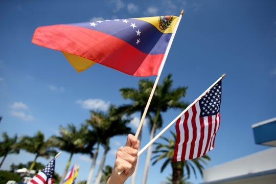 Banderas de Venezuela y Estados Unidos.