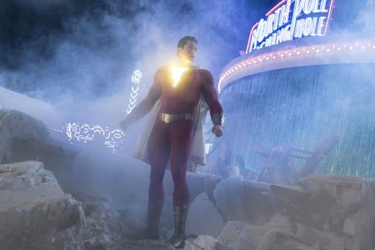 """Fotografía cedida por Warner Bros. donde aparece Zachary Levi como Shazam, durante una escena de la nueva película del universo cinematográfico de DC Comics, """"Shazam!""""."""