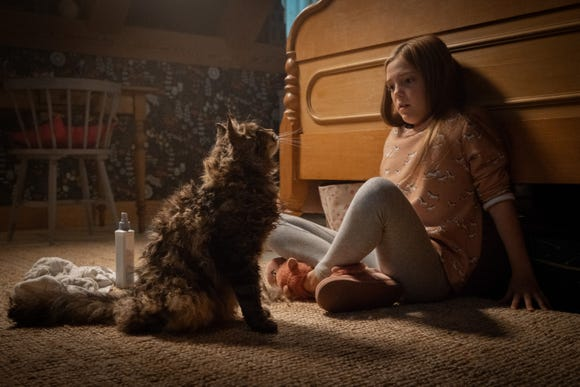 """Ellie (Jeté Laurence) wonders why her cat Church is acting so weird in """"Pet Sematary."""""""