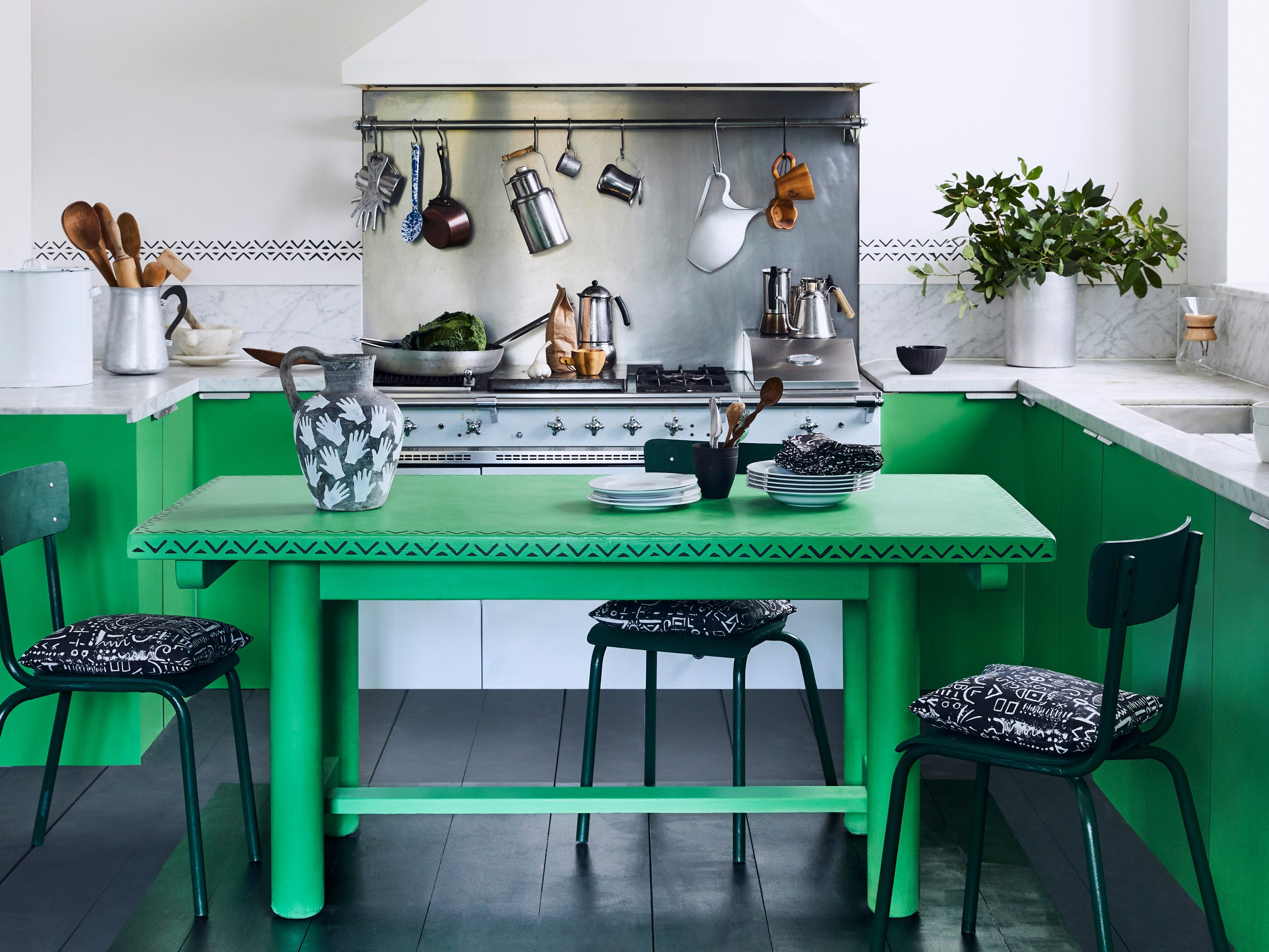 Annie Sloan Chalk Paint is versatile and covers are variety of surfaces. This bold kitchen is done in Antibes Green.