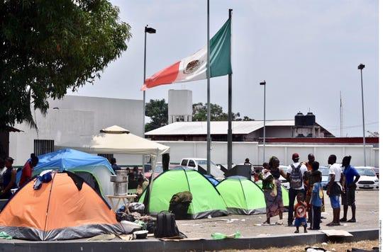 Un grupo de haitianos indocumentados acampan en espera de un permiso del gobierno mexicano para transitar libremente por el país.