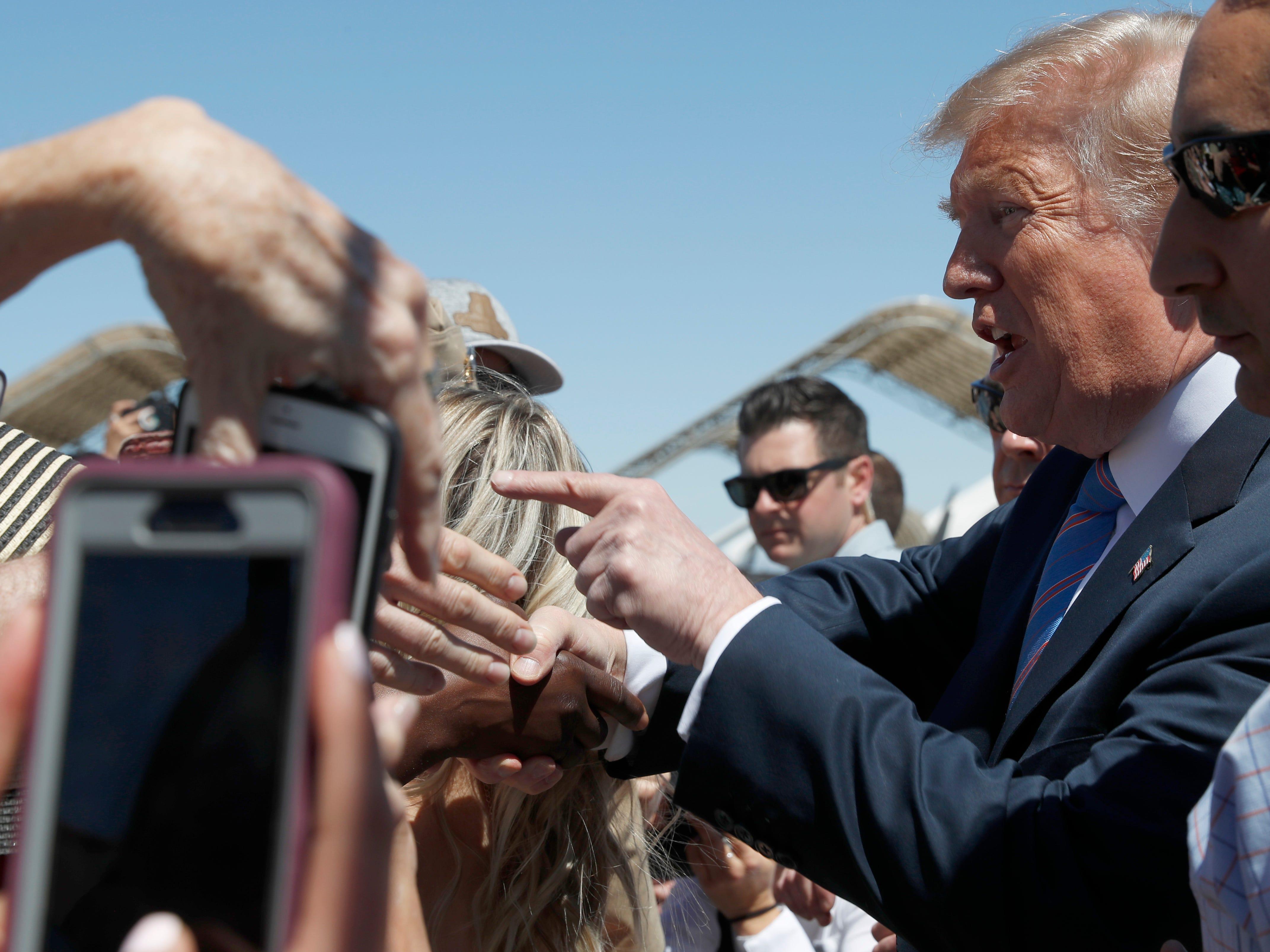 El presidente Donald Trump aterriza en la base naval de El Centro, California, durante su visita a la frontera sur de California el viernes 5 de abril, 2019.