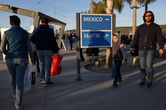 Ciudadanos mexicanos cruzan a hacer sus compras hacia EEUU.