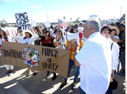 Decenas de personas protestan la visita de Trump en Calexico, California.