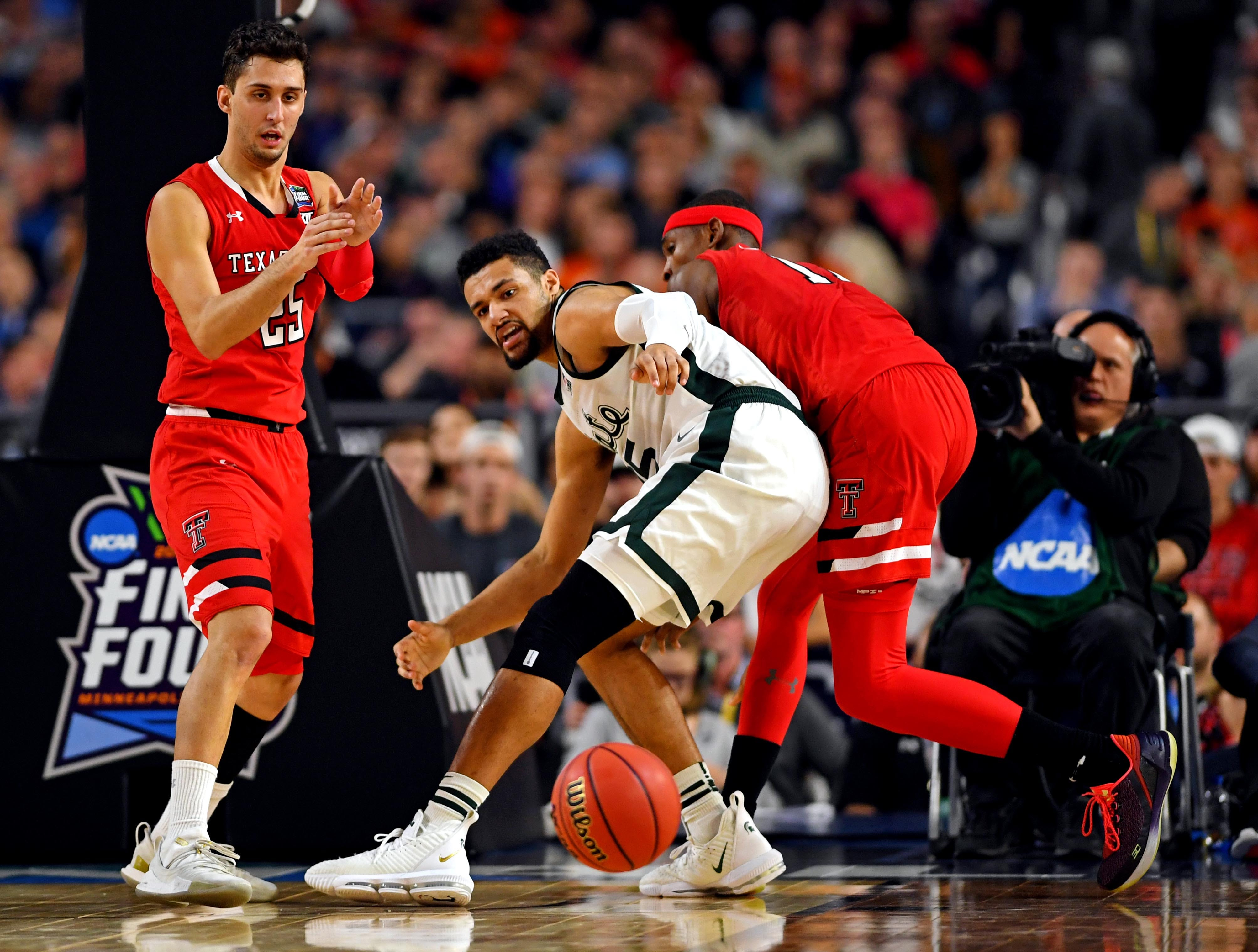 Apr 6, 2019; Minneapolis, MN, USA; Michigan State Spartans forward Kenny Goins (25) goes for a loose ball against Texas Tech Red Raiders guard Davide Moretti (25) and Texas Tech Red Raiders forward Tariq Owens (11) in the semifinals of the 2019 men's Final Four at US Bank Stadium. Mandatory Credit: Bob Donnan-USA TODAY Sports