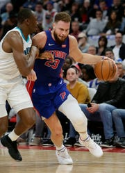 Blake Griffin drives against Bismack Biyombo in the first half.