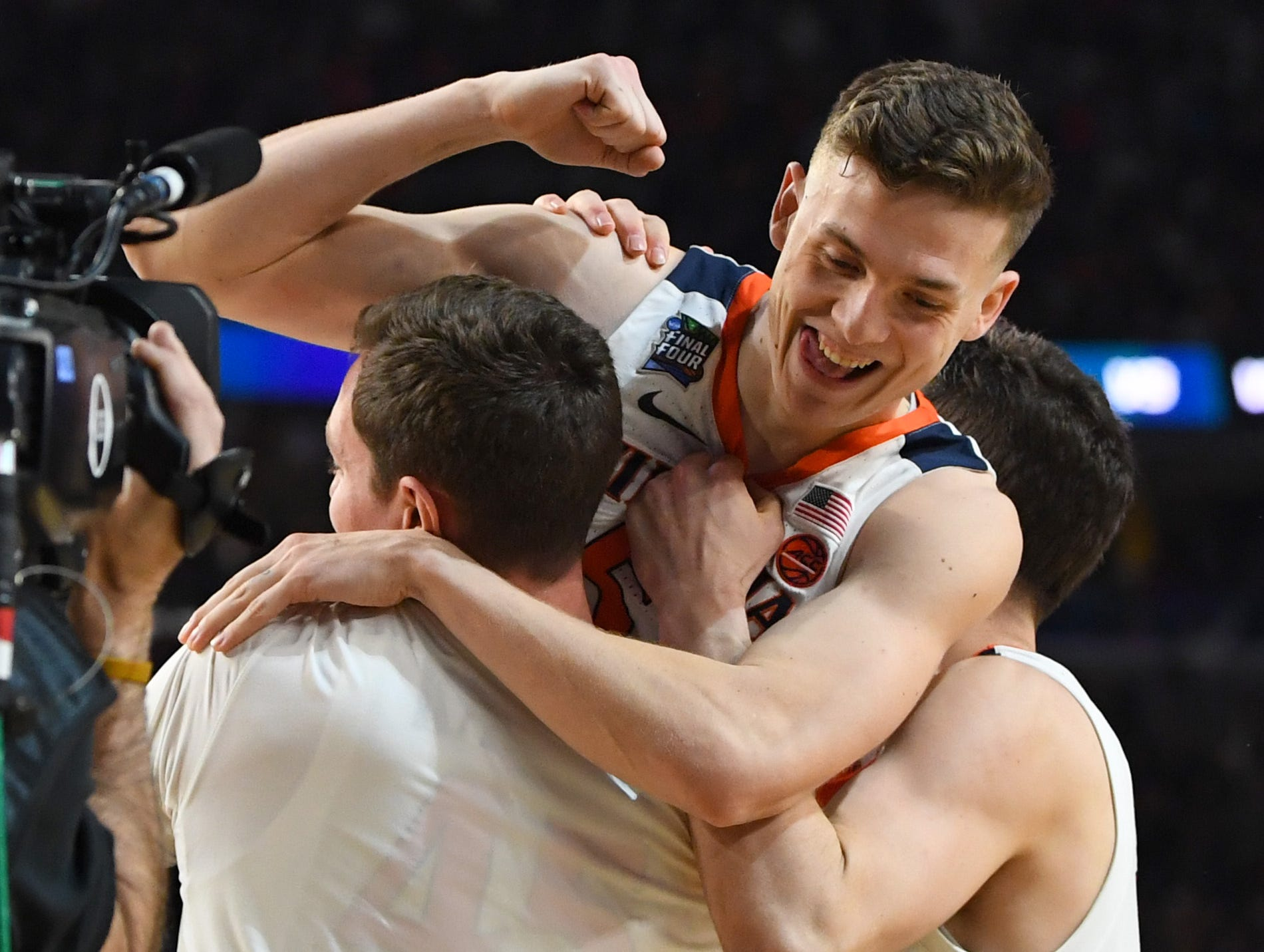 Virginia Cavaliers guard Kyle Guy (5) celebrates after hitting the game-winning free throws against the Auburn Tigers.