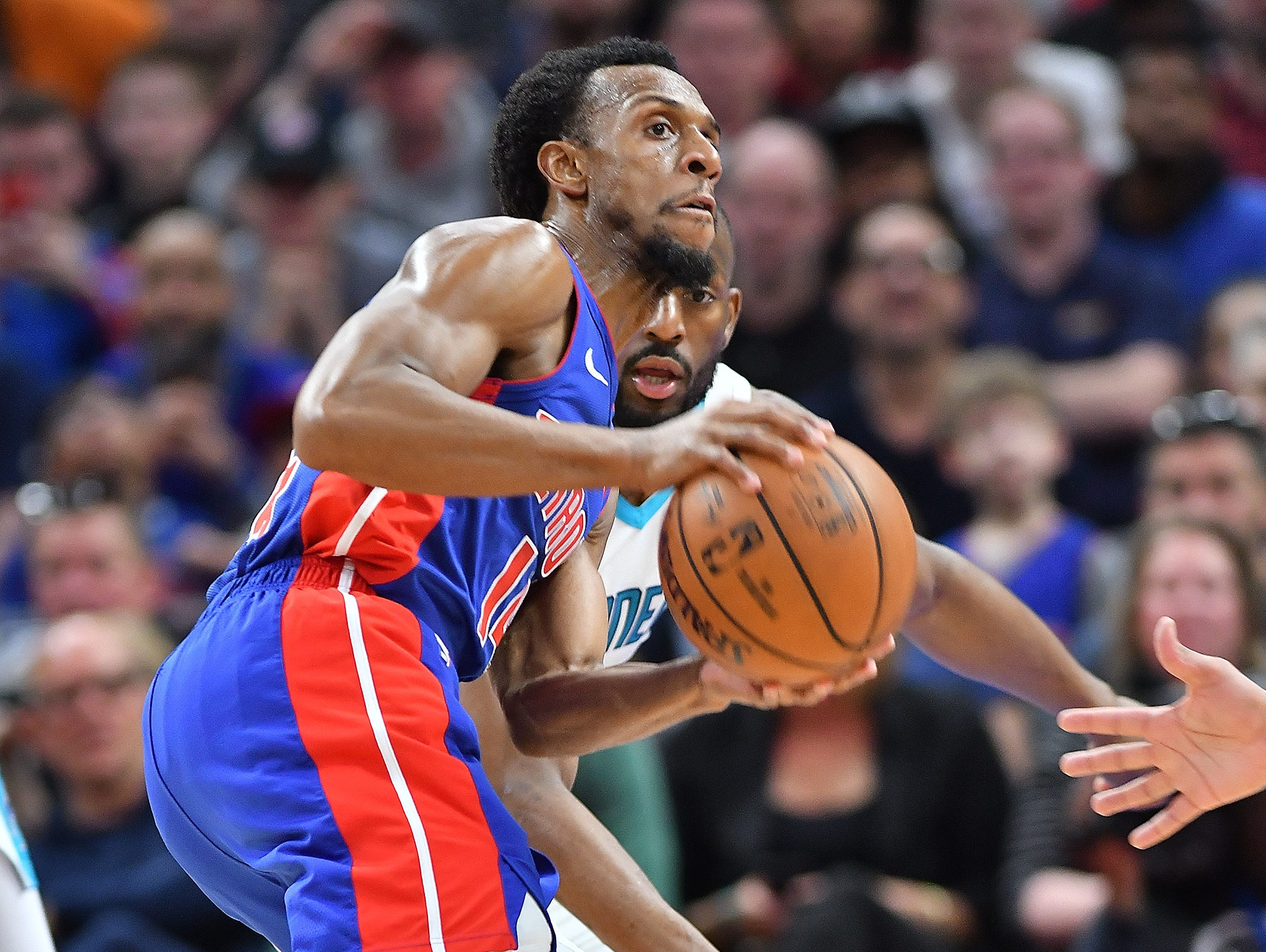 Pistons' Ish Smith looks to make a pass in front of Hornets' Kemba Walker in the fourth quarter.