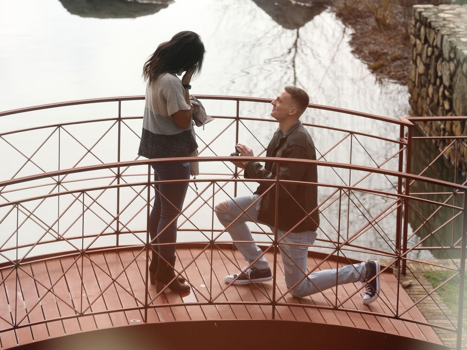Kyle Guy proposes to longtime girlfriend Alexa Jenkins.