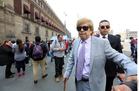 """""""El Presidente sabe perfectamente bien que Juan Gabriel vive"""", aseguró Joaquín Muñoz Muñoz (centro der.), quien fuera el secretario particular del """"divo de Juárez."""