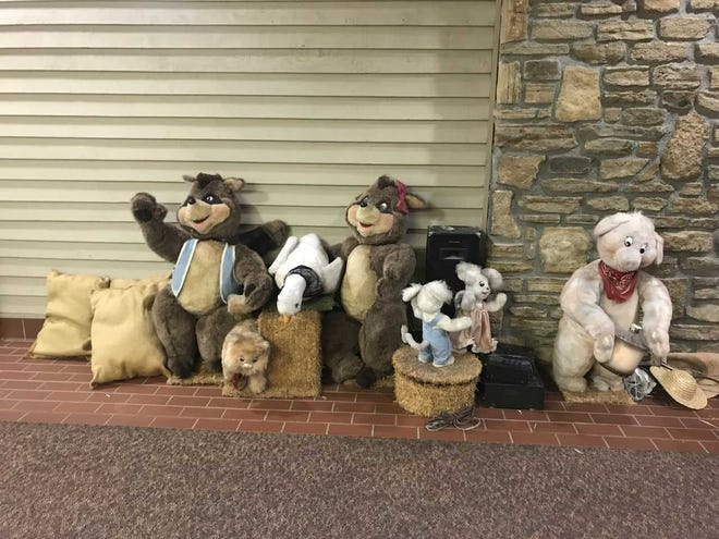 "Great Parks of Hamilton County is hosting its annual auction. Up for grabs are some ""worn and dusty"" animatronic barn animals."