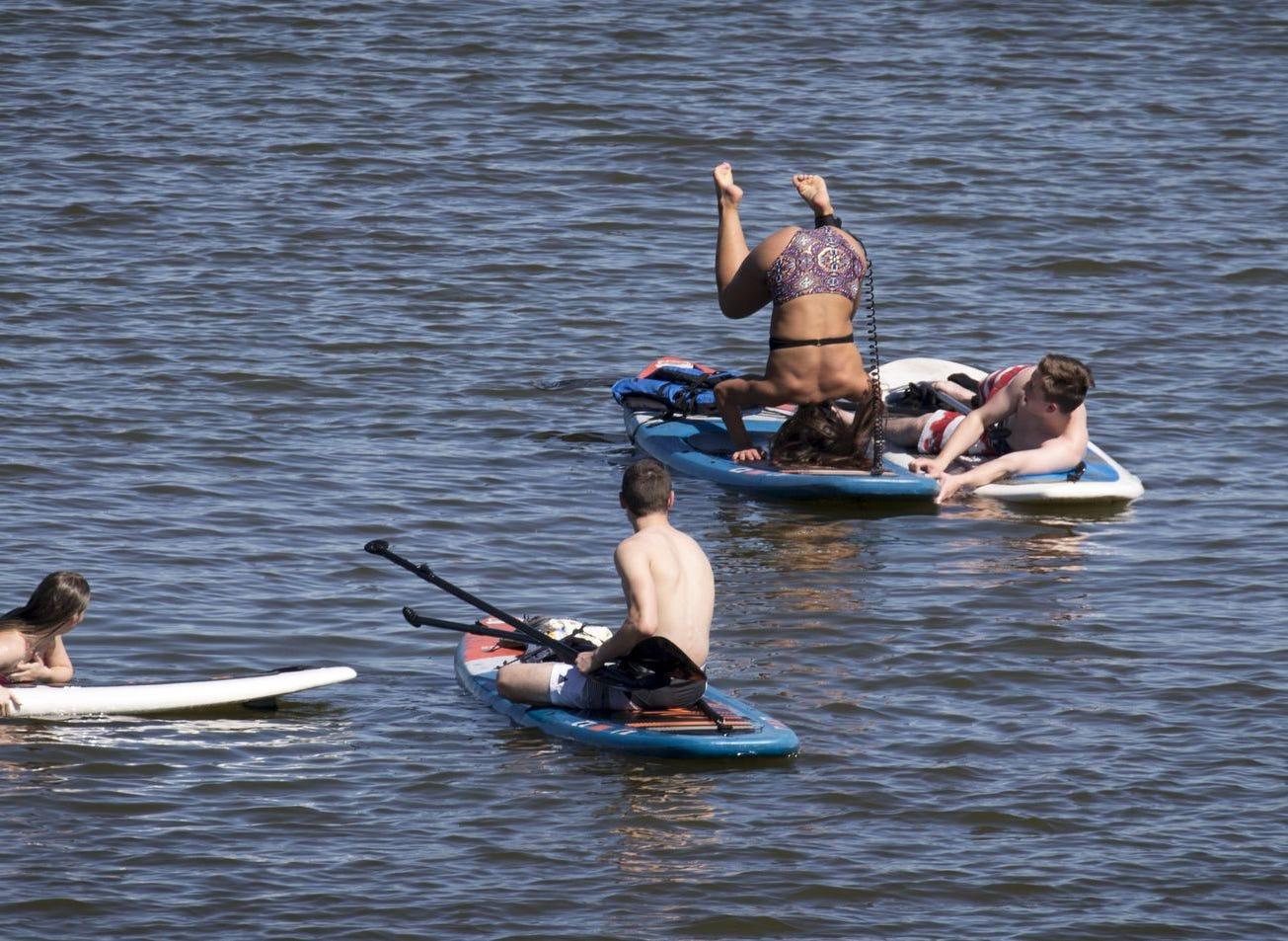 Paddleboarders disfrutan del clima el 8 de abril de 2019, en el lago Tempe Town.