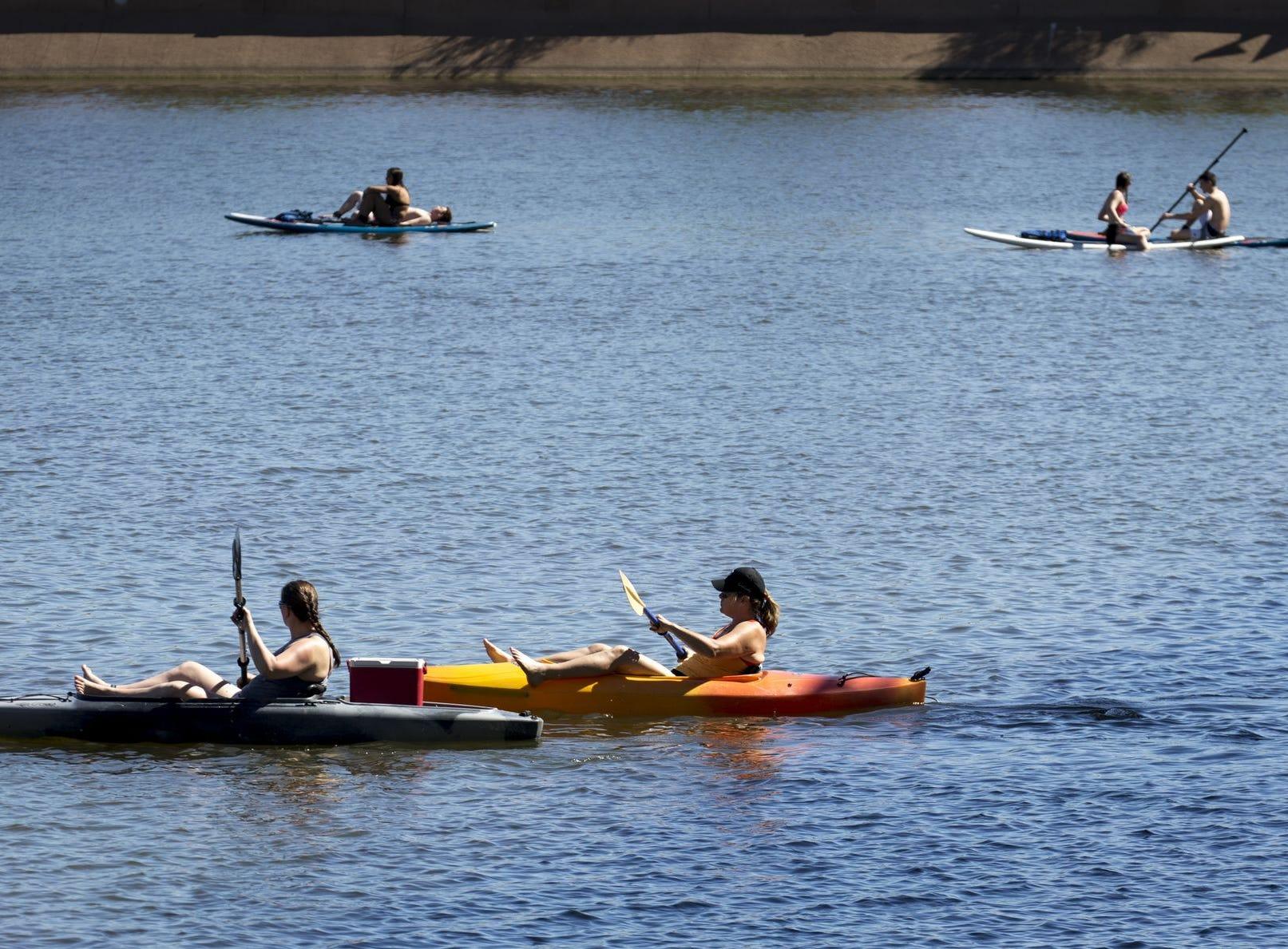 Kayakistas y remadores disfrutan del clima el 8 de abril de 2019, en el lago Tempe Town.