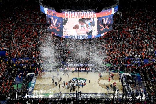 Los campeones Virginia celebran su primer título colegial.