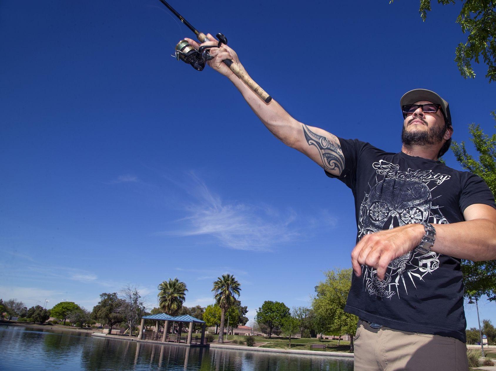 Kyle Cohen, de 37 años, con su caña de pescar en el estanque en el parque Desert Breeze en Chandler el lunes 8 de abril de 2019. Las temperaturas en los 90 fueron un buen día para pescar.