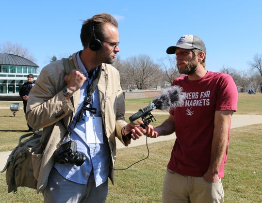 John Adams of Washburn speaks with Christopher Walljasper of the Midwest Center for Investigative Reporting. Farmers and media from across the nation attended the Heartland Forum.