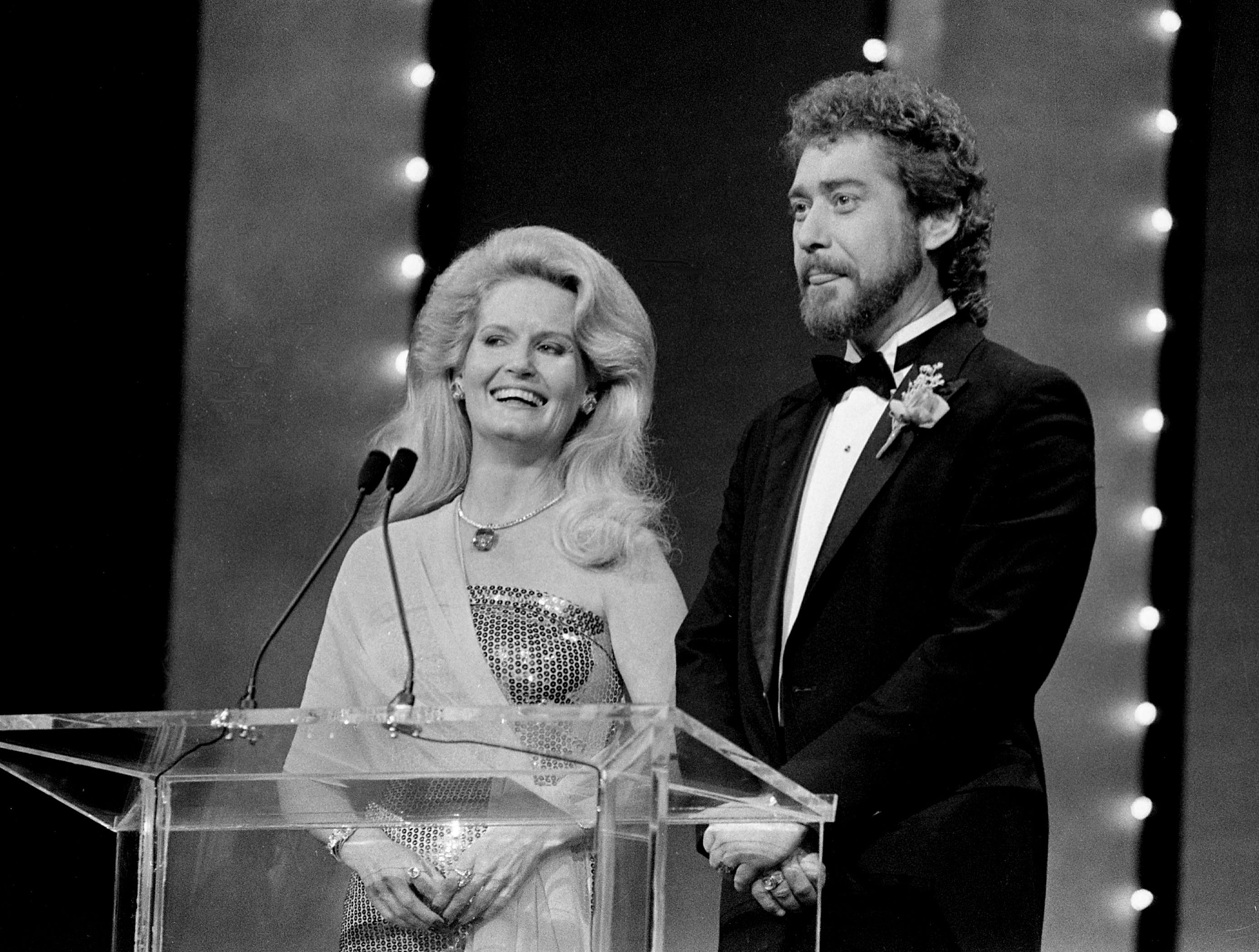 Lynn Anderson, left, and Earl Thomas Conley present the Vocal Duo of the Year Award during the 18th annual CMA Awards show Oct. 8, 1984.