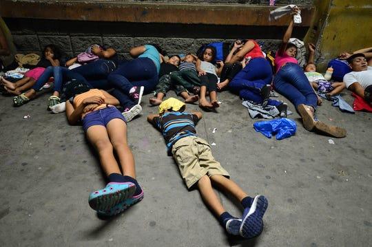 Familias procedentes de Honduras esperan su turno en Tijuana, para solicitar asilo en EEUU.